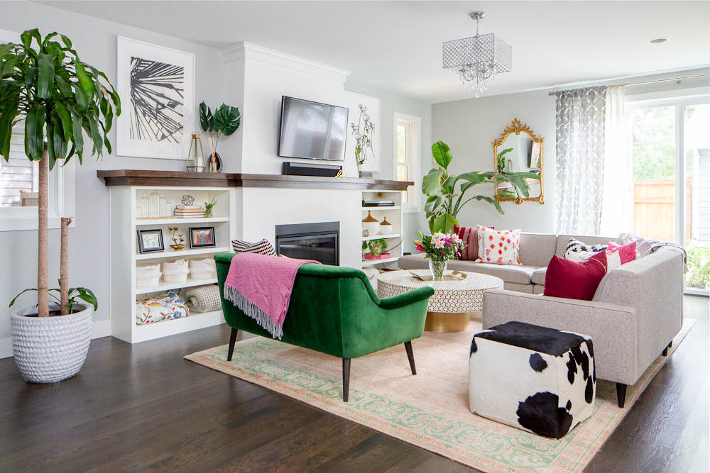 5 steps to a magazine worthy living room | Loving this bright and colorful living room with plants, green and pink accents and fun accessories! #greenpink #livingroomdecor #interiordecorating