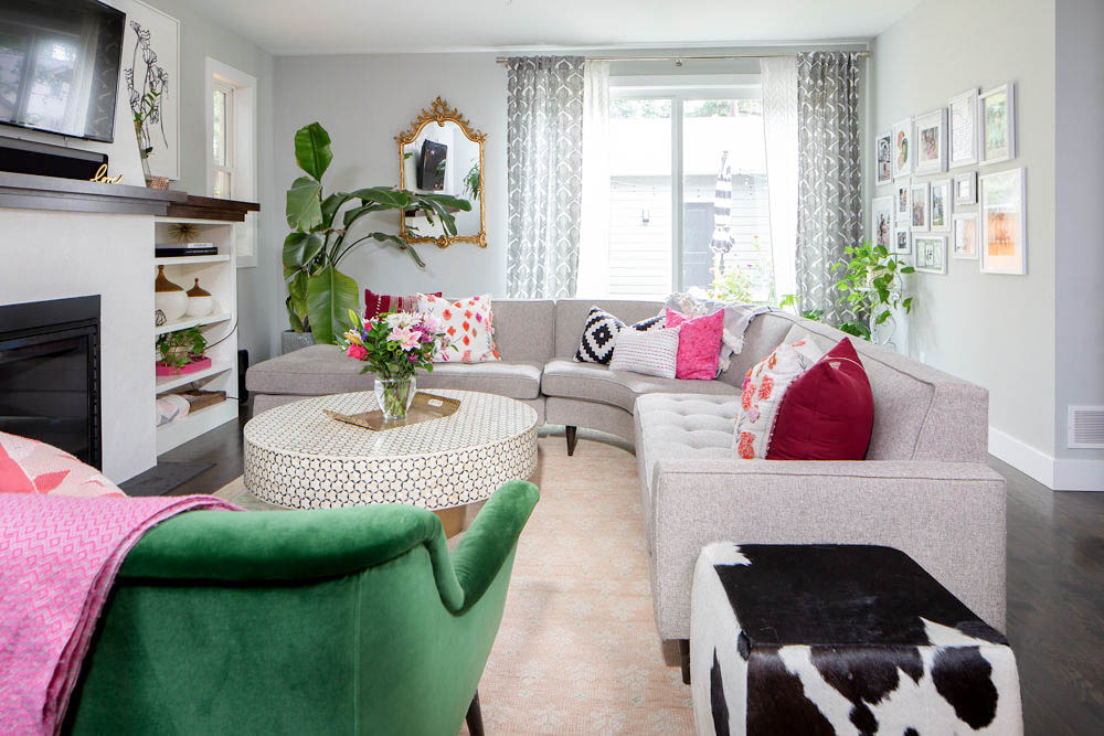5 Hacks to a beautifully styled living room! Loving the green, pink and gold in this bright and colorful living room. #livingroomdecor #decorating #stylehome