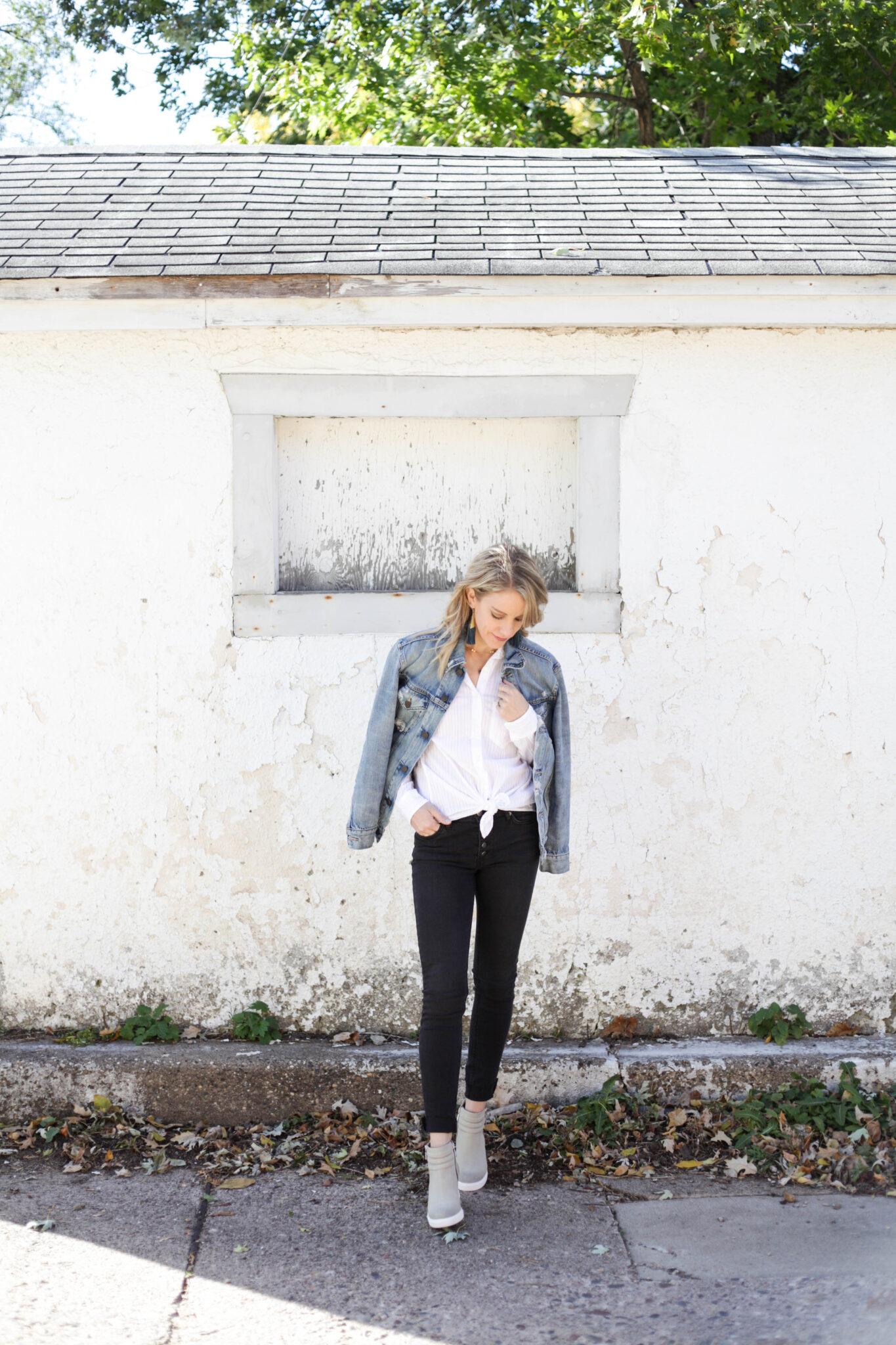 3 Ways to Style a White Button Down - Classic style with dark denim and a denim jacket. #fallstyle #whitebuttondown #styleinspiration