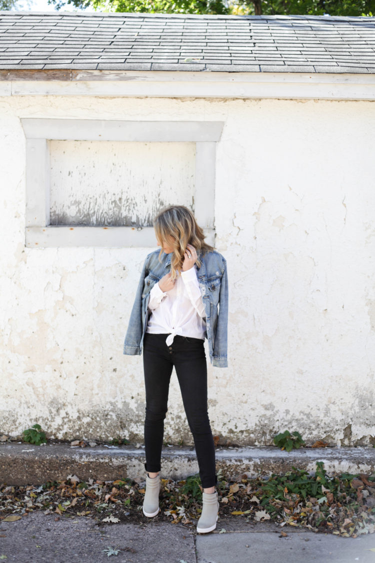 3 Tips for Wearing a White Button Down! Styled here in black jeans and a denim jacket. #denimjacket #whitebuttondown #fallfashion